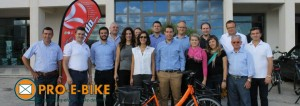 Pro e bike met mensen en logo
